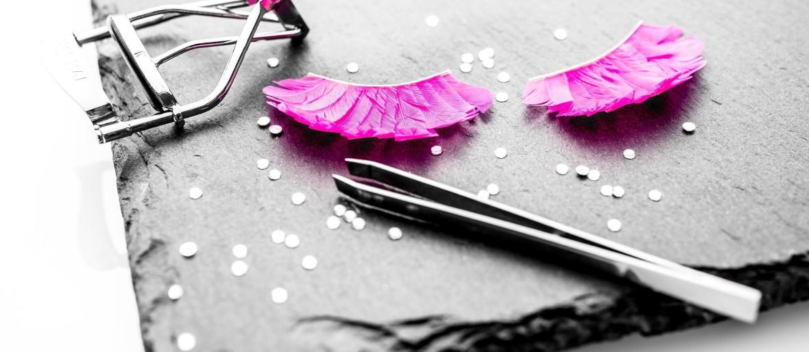 pinzette-mit-wimpernzange-und-kuenstlichen-wimpern-in-pink